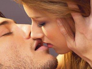 Чому підчас поцілунку більшість людей закривають очі?
