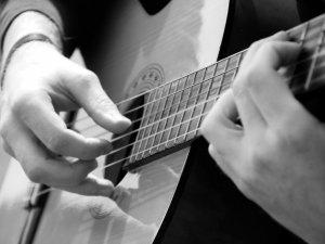 Як швидко навчитися грати на гітарі?
